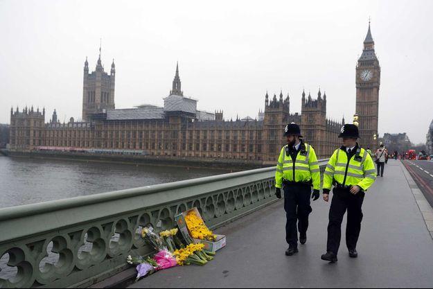 Des fleurs ont été placées sur le pont Westminster à Londres.