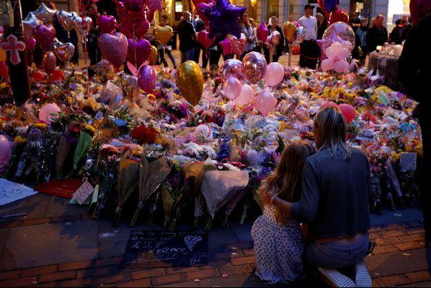 Des fleurs et ballons pour les victimes de l'attentat, à Manchester, en mai 2017.