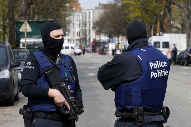 Des policiers belges lors d'une opérations à Etterbeek, en avril dernier.