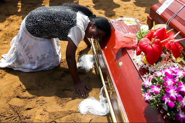 Toute la douleur des proches des victimes des attentats au Sri Lanka, ici à Negombo.
