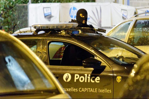 Un policier à Molenbeek, dans la banlieue de Bruxelles, dimanche soir.