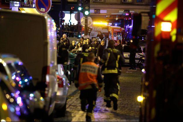 Des secouristes lors de l'attentat du 13-Novembre à Paris.
