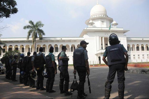 Des policiers bangladais devant la Cour suprême de Dacca (image d'illustration).