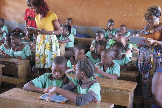 Le 22 mai, à Obala, deux maîtresses d'école – Joséphine Moli (à g.) et Chantal Zo (à dr.) – font réviser un cours de français sur tablette.