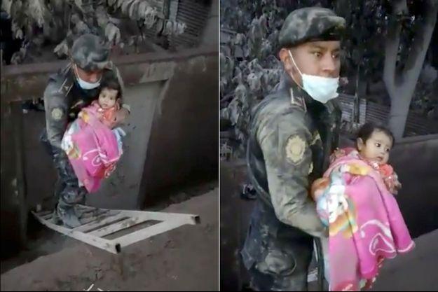 Le secouriste tient dans ses bras le bébé sauvé des cendres.