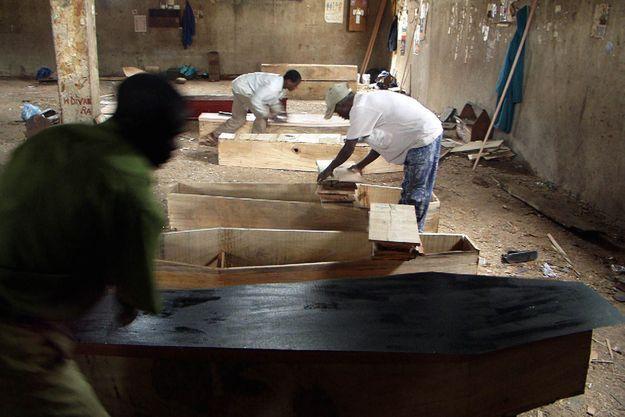 Un atelier de fabrication de cercueils au Malawi. Mais les vampires traqués dans le sud du pays n'ont rien de morts vivants.