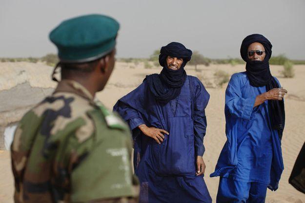 Image d'illustration, des Touaregs discutent avec un militaire malien en juillet 2013