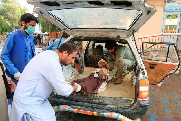 Des victimes de l'attentat d'une mosquée à Jalalabad.