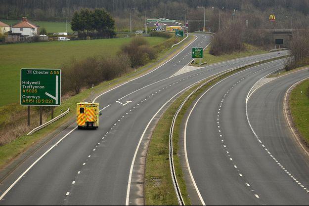 Une ambulance sur une autoroute désertée au Pays de Galles, le 5 avril.