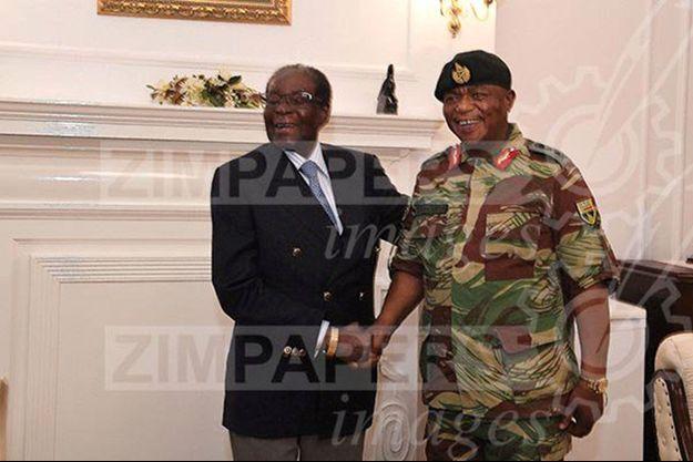 Robert Mugabe avec le général Constantino Chiwenga, jeudi.