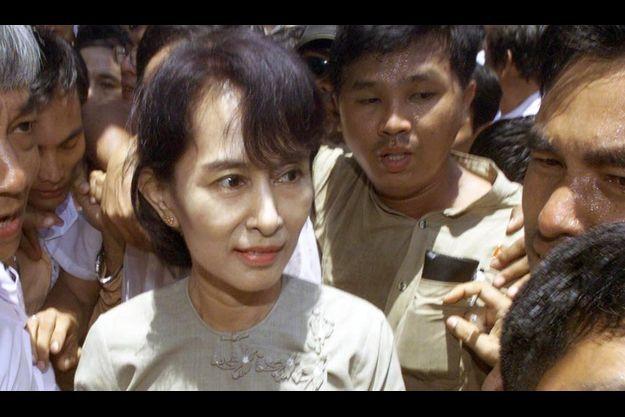 Aung San Suu Kyi a finalement été condamnée à un an et demi de détention en résidence surveillée.