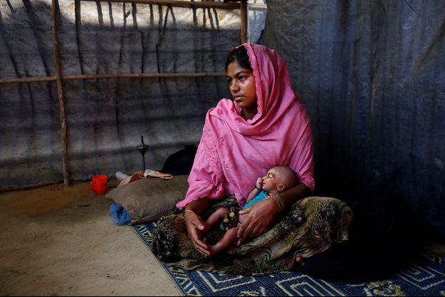 Photo d'une réfugiée de l'ethnie Rohingyas dans un camp de fortune au Bangladesh.