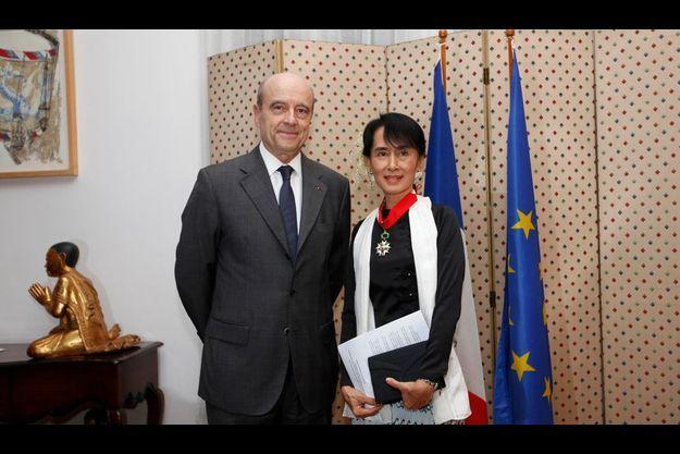 Aung San Suu Kyi a fait « grande impression » sur le ministre. Autour de son cou, le cordon de commandeur de la Légion d'honneur que vient de lui remettre Alain Juppé. A la main, le texte du discours qu'elle vient de prononcer, en français.