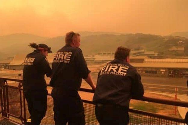 Des pompiers australiens contemplent le paysage à Charlotte Pass.