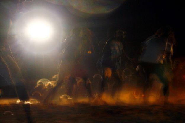 Un groupe d'aborigènes danse à Darwin.