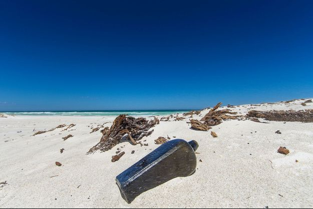 Une bouteille sur la plage (image d'illustration).