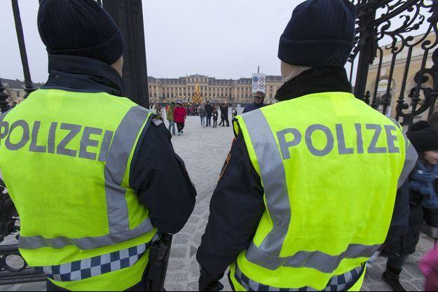 Deux policiers autrichiens devant le château de Schönbrunn (image d'illustration).