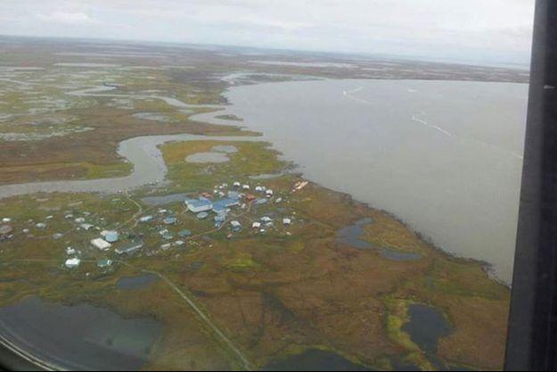 Une vue aérienne de Newtok, déjà une île et bientôt submergée.
