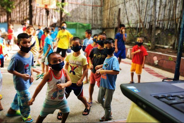 Des enfants bénéficiant des programmes de l'association Anak, à Manille.