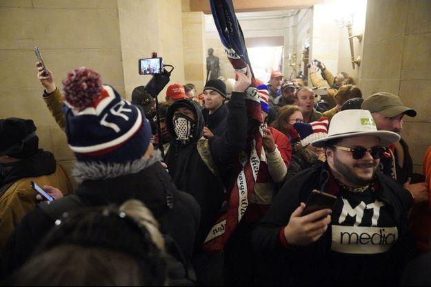 Des partisans de Donald Trump à l'intérieur du Capitole, mercredi.