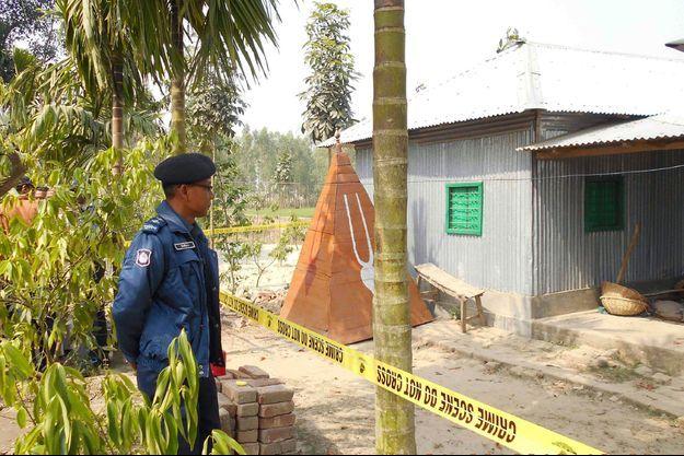 Un policier Bangladais tient la garde devant le lieu du meurtre d'un prêtre hindou dans le district de Panchagarh le 21 février 2016.