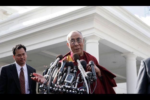 Le dalaï-lama a fait une brève apparition devant les médias après sa visite à la Maison blanche, mais sans Barack Obama, qui tentait ainsi d'arrondir les angles.