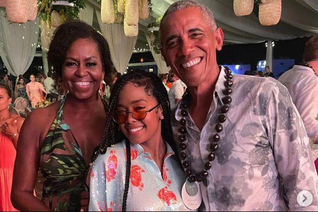 Michelle et Barack Obama avec la chanteuse H.E.R. lors de la soirée d'anniversaire de l'ancien président 7 août 2021
