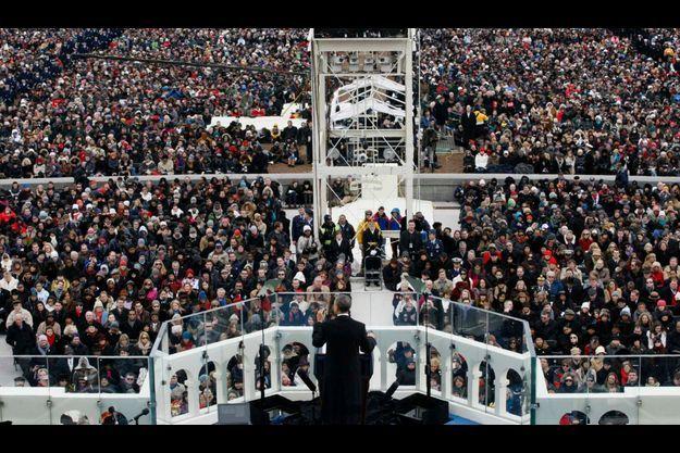Obama s'exprimant face à une foule moindre qu'en 2009, mais néanmoins compacte.