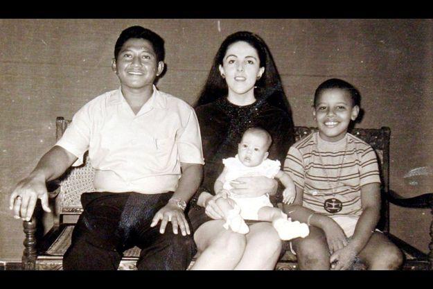 Barack Obama et sa mère, Ann Dunham, qui tient sa fille Maya Soetoro. A côté d'Ann se trouve le beau-père de Barack, Lolo Soetoro.
