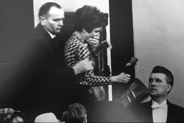 Beate Klarsfeld ceinturée et évacuée après avoir giflée le chancelier.