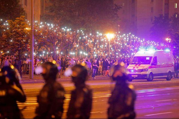 Des manifestants de l'opposition, dimanche soir.