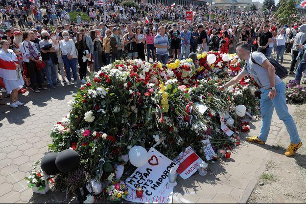 La foule a rendu hommage au militant Alexander Taraykovskiy, tué lors des manifestations anti-régime à Minsk.