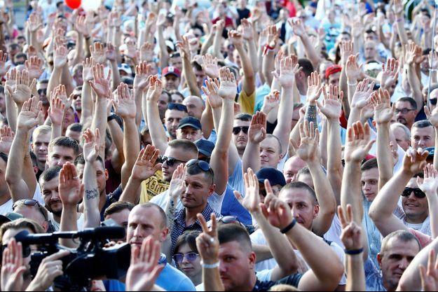 Des milliers de partisans de l'opposition au Bélarus se sont rassemblés lundi soir.