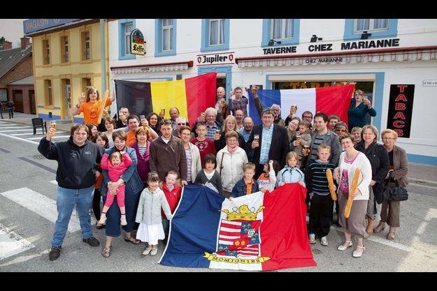 A Macquenoise, l'un des sept villages qui composent Momignies, les habitants célèbrent l'amitié franco-belge avec les symboles des deux pays. Au centre, en chemise à carreaux et en veste bleue, Eddy Bayard, échevin (adjoint au maire) de la commune.