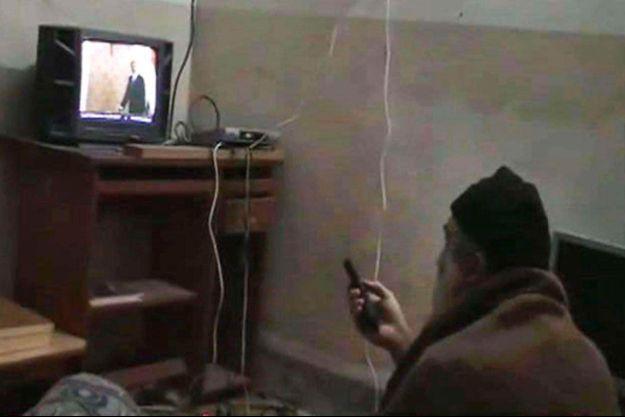 Image extraite d'une des cassettes saisies par les commandos lors de l'intervention: Ben Laden, chevelure et barbe blanches, regarde des vidéos de ses apparitions sur les télévisions américaines.