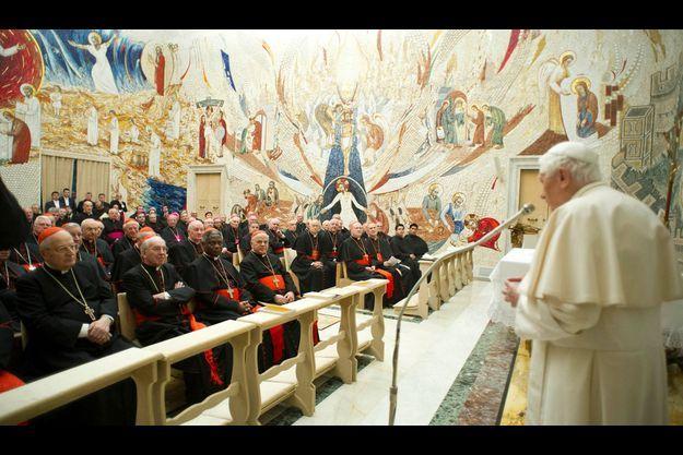Benoît XVI devant les cardinaux le 23 février 2013.