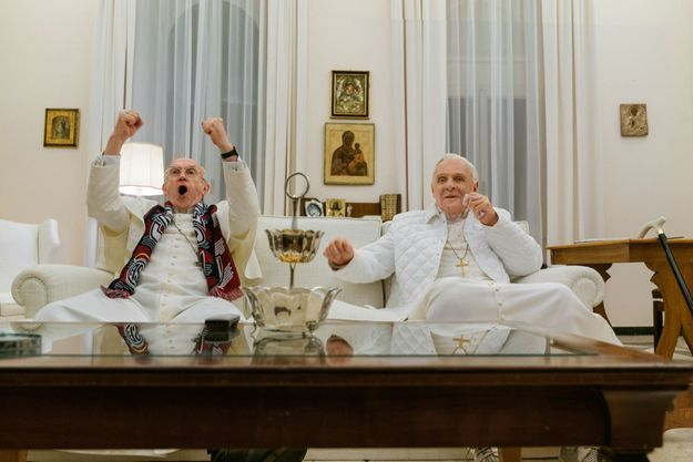 Réunis par le match dans le film « Les deux papes » : Jonathan Pryce, dans le rôle de François, qui porte l'écharpe de supporteur du San Lorenzo de Almagro football club de Buenos Aires, et Anthony Hopkins dans celui du plus réservé Benoît XVI.