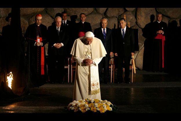 Devant la flamme éternelle, lundi 11 mai, Benoît XVI se recueille en silence dans la crypte du Souvenir de Yad Vashem. Il a choisi cette visite du Mémorial comme première étape officielle de son séjour en Israël.