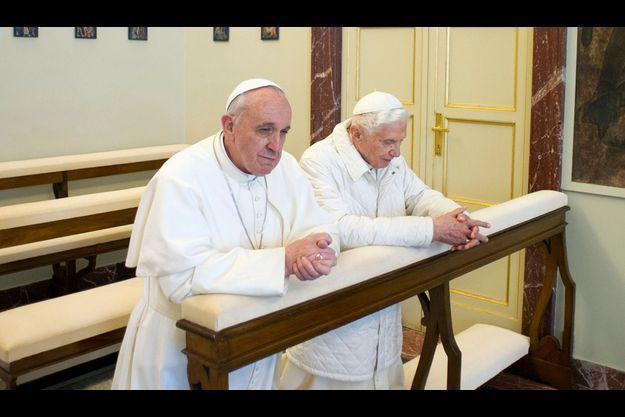 Le pape François et le pape émérite Joseph Ratzinger lors de leur rencontre à Castel Gandolfo.