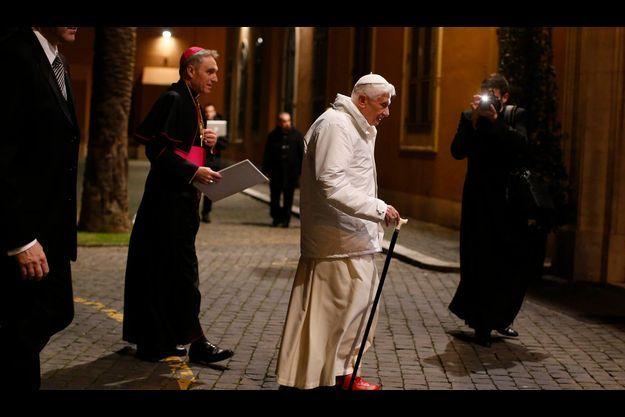 Vendredi 8 février, le Pape suivi de son secrétaire allemand, Mgr Georg Gänswein, préfet de la maison pontificale et archevêque d'Urbs Salvia, se présente au séminaire de Romano Maggiore.
