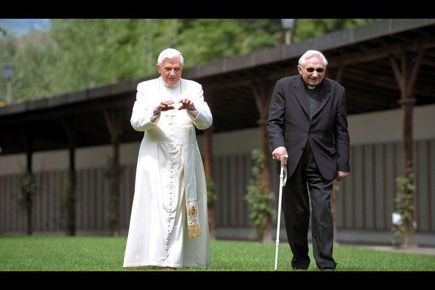 Benoît XVI avec son frère aîné Georg Ratzinger, prêtre et chef de chœur, en juillet 2008, dans sa résidence de vacances à Bressanone.