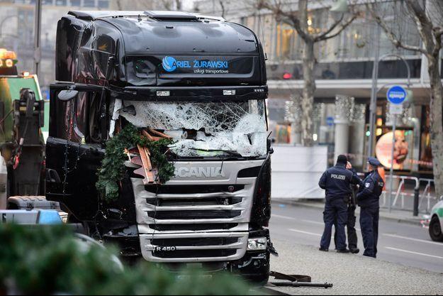 L'avant du camion montre la violence de l'attaque.