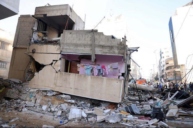 Vue générale d'un bâtiment endommagé sur le site des frappes aériennes israéliennes, dans la ville de Gaza le 16 mai.
