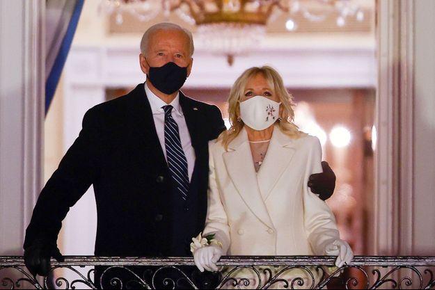 Joe Biden et son épouse, la désormais First Lady Jill Biden, au balcon de la Maison Blanche, observent le feu d'artifice donné en leur honneur.