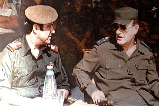 Rifaat Al-Assad, aux côtés de son grand frère, Hafez Al-Assad, le père de Bachar Al-Assad, en 1984.