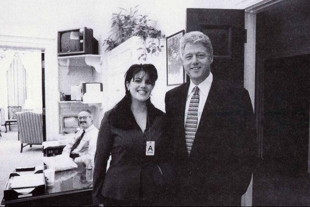 Monica Lewinsky et Bill Clinton le 17 novembre 1995 à la Maison-Blanche. Le cliché faisait partie du dossier compilé par le procureur Kenneth Starr.