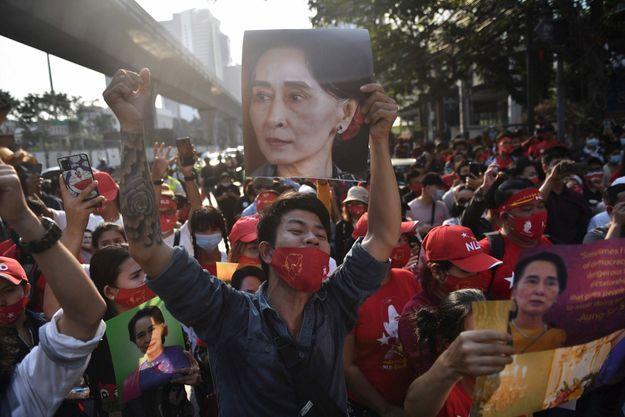 Le 1er février, ces émigrés du Myanmar, autrement dit la Birmanie, protestent devant leur ambassade à Bangkok, en Thaïlande.
