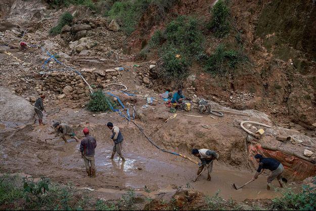 La région de Mogok abrite près des trois quarts des rubis de la planète et fait vivre plus de 100 000 personnes.
