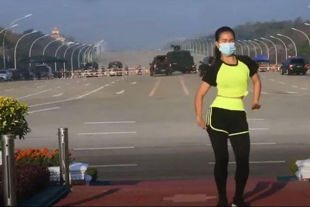 Khing Hnin Wai danse, les blindés passent.