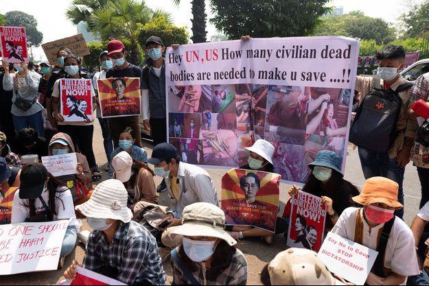 Des manifestants protestent contre le coup d'État militaire à Yangon, en Birmanie.